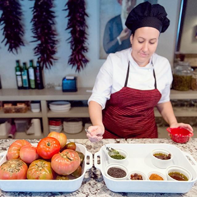 Aquí tenéis a Patricia, una de las protas de la recomendación de hoy @celsoymanolo, es quien elabora ese Chuletón de tomate que os enseñábamos hace unos días. Podéis ver su obra de arte y el post completo en la web!