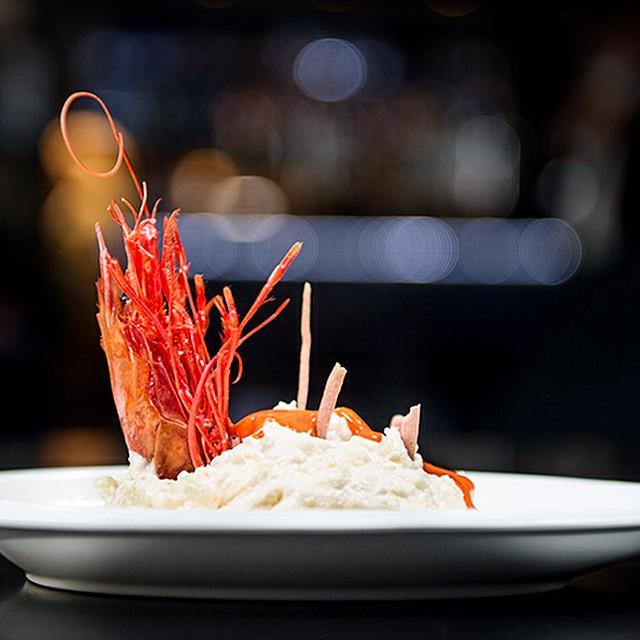 Mirale... El #carabinero retozando en #ensaladilla cual spa #madrid. Más detalles en el post de esta semana. #food #foodie #foodporn #instafood #ñam