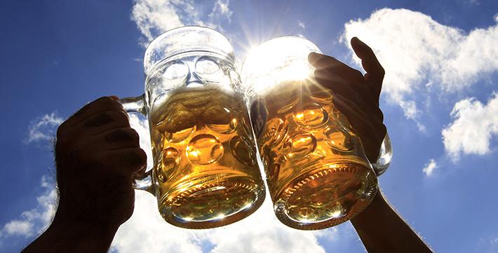 Brindis con cerveza