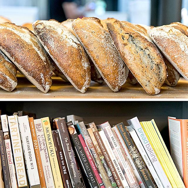 Panes sobre libros, y libros sobre panes #pan #libros #madrid #condeduque. El post de la semana es para Panic. Check!