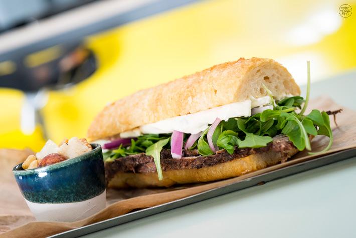 Comer con las manos en Madrid Sandwich Roast Beef Toma Cafe